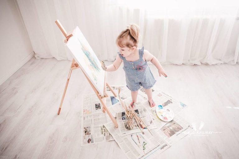Babyfotos zum 2. Geburtstag für kleine Künstler
